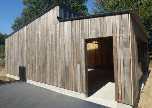 Garage ossature bois bardage chataignier à claire voie